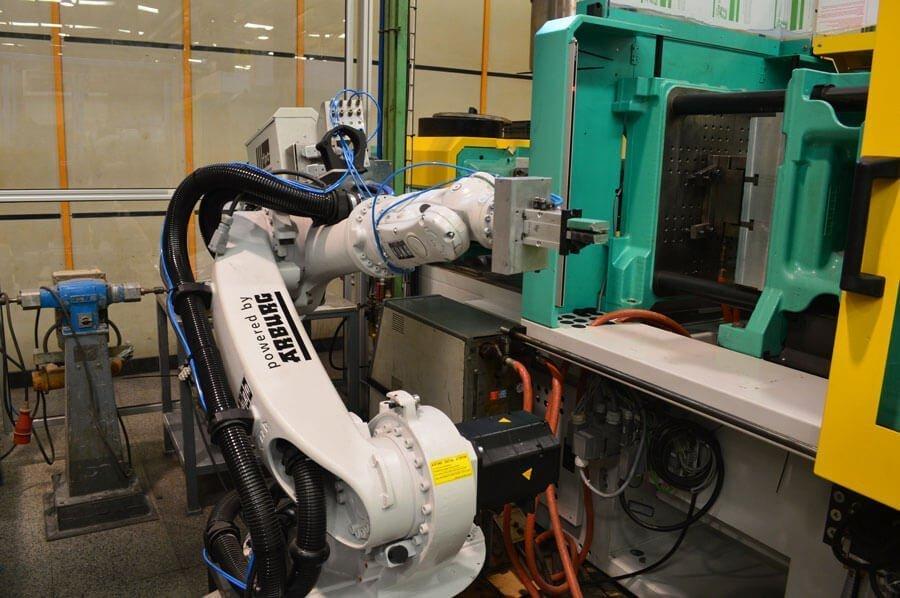 inyectoras automáticas con sistemas de manipulación robotizados